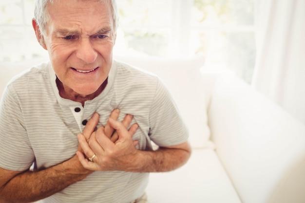 Senior man met pijn op het hart in de slaapkamer Premium Foto