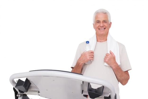 Senior man op de loopband Premium Foto