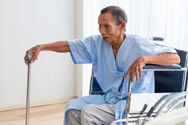 Senior man patiënt in zijn rolstoel in het ziekenhuis. Premium Foto