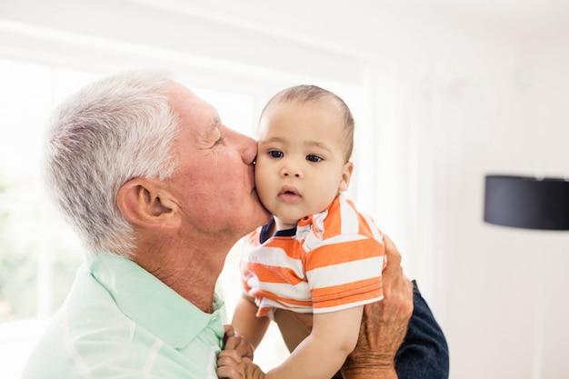 Senior man spelen met zijn kleinzoon thuis Premium Foto