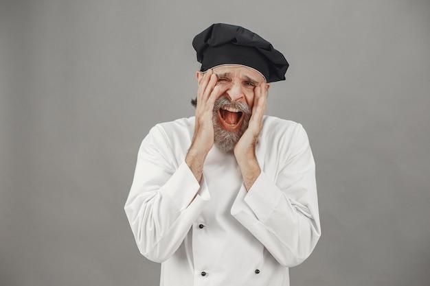 Senior man toont zijn emoties aan de camera. professionele benadering van zaken. Gratis Foto