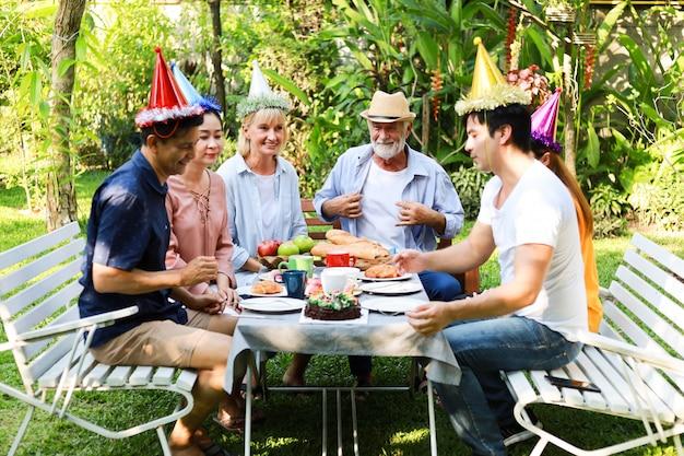 Senior man verjaardagsfeestje in de tuin Premium Foto