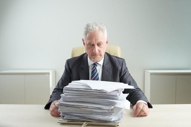 Senior manager overweldigd door werk Gratis Foto