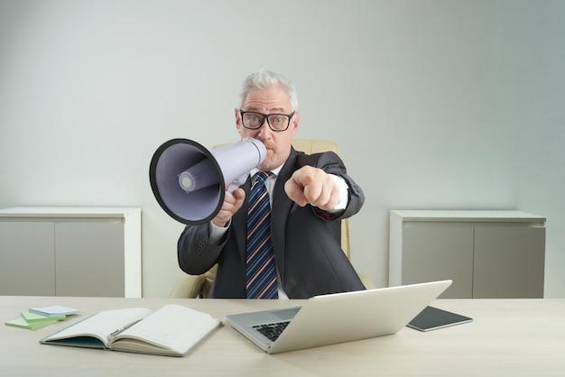 Senior ondernemer met behulp van megafoon Gratis Foto