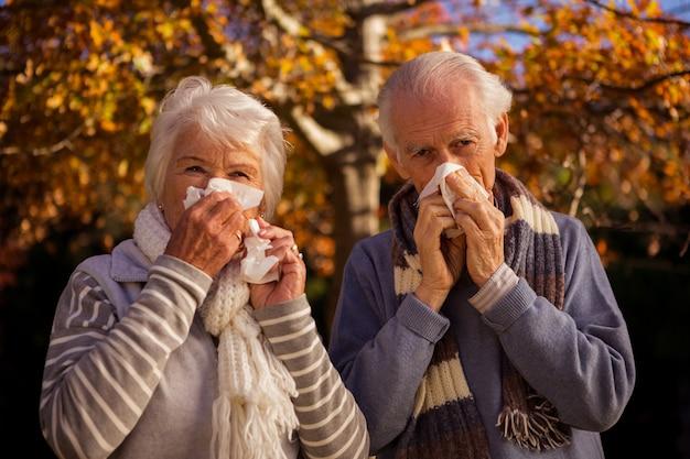 Senior paar met behulp van weefsels Premium Foto