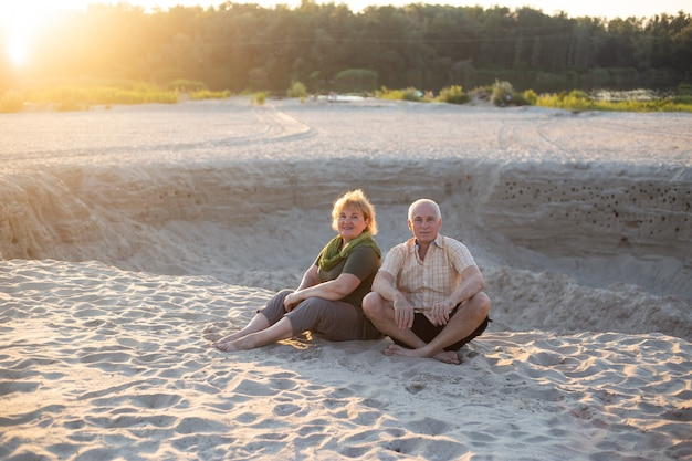 Senior paar ontspannen in de zomer. gezondheidszorg levensstijl ouderen pensioen liefde paar samen Premium Foto