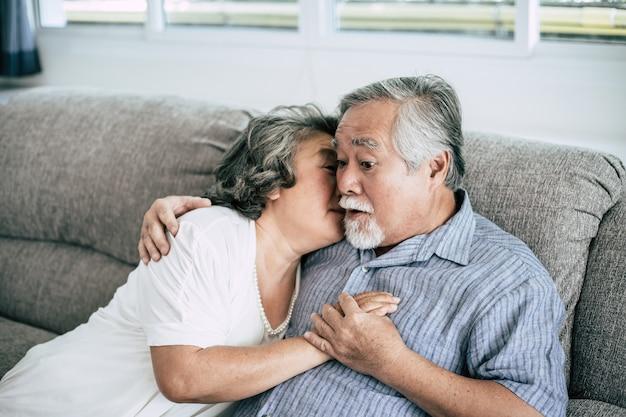 Senior paar samen spelen in de woonkamer Gratis Foto
