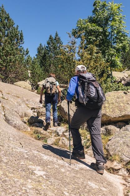 Senior paar wandelen samen de berg op Premium Foto