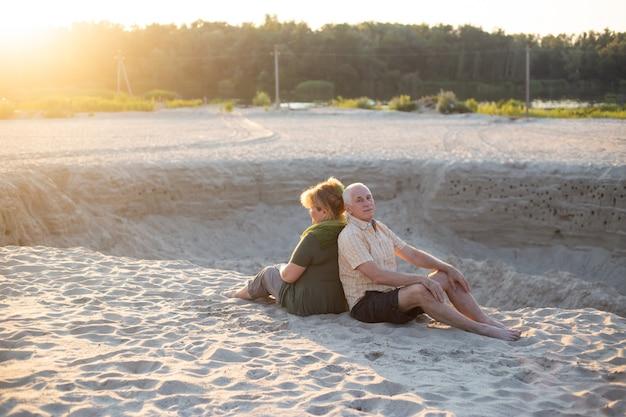 Senior paar zoenen in de zomer de natuur, senior paar ontspannen in de zomer. gezondheidszorg levensstijl ouderen pensioen liefde paar samen Premium Foto