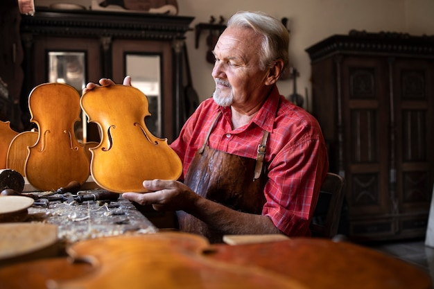 Senior timmerman bouwen viool muziekinstrument Gratis Foto