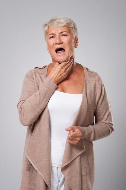 Senior vrouw heeft grote problemen met keelpijn Gratis Foto