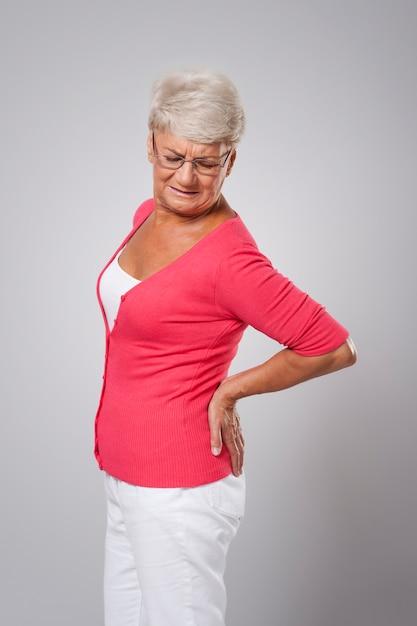 Senior vrouw met enorme rugpijn Gratis Foto