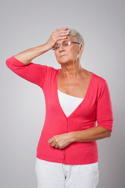 Senior vrouw met hoge koorts Gratis Foto