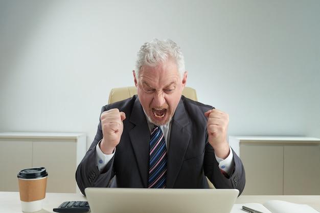 Senior zakenman geconfronteerd met mislukking Gratis Foto