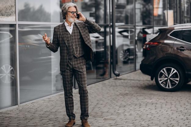 Senior zakenman praten aan de telefoon Gratis Foto