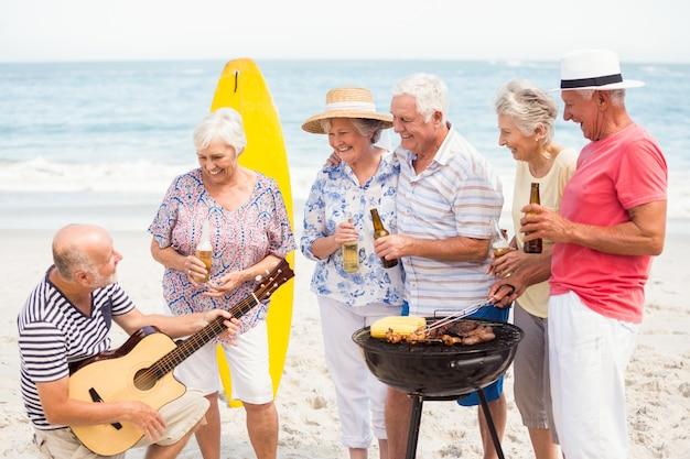 Senioren met barbecue Premium Foto