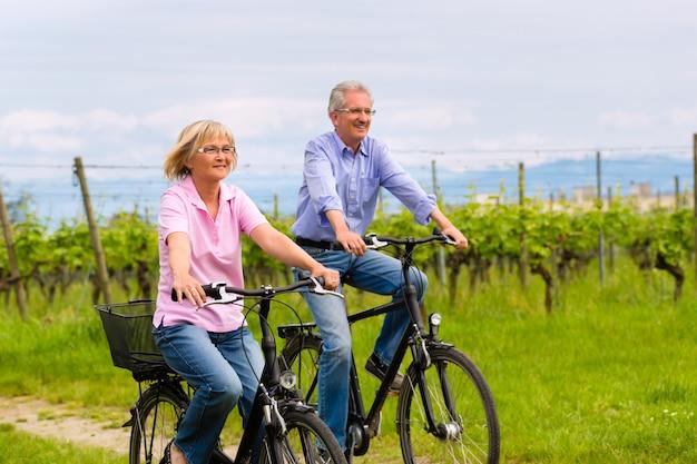 Senioren oefenen met fiets Premium Foto