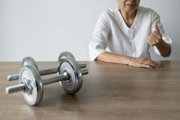 Senioren zijn gezond en sporten en levensstijl sport mensen aantrekkelijke senior vrouw Premium Foto