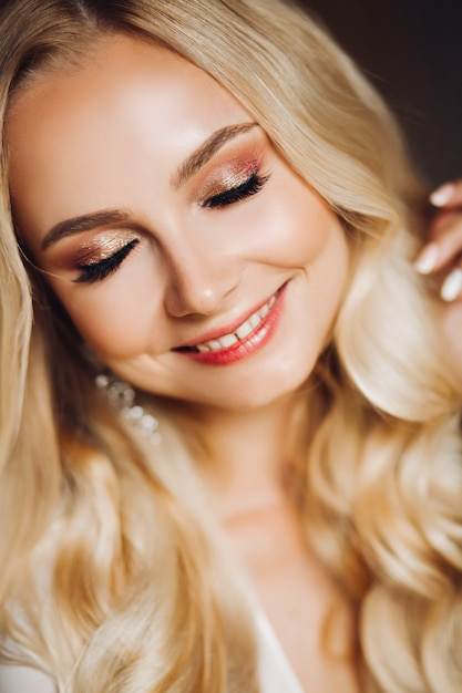 Sensualiteit lachende jonge blondie met gesloten ogen Premium Foto