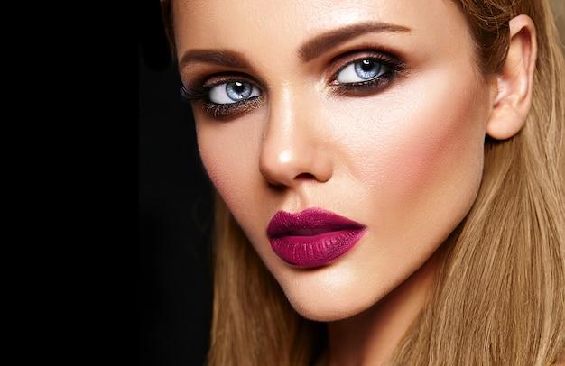 Sensueel glamourportret van mooi vrouwenmodel met verse dagelijkse make-up met donkerroze lippenkleur en schoon gezond huidgezicht Gratis Foto
