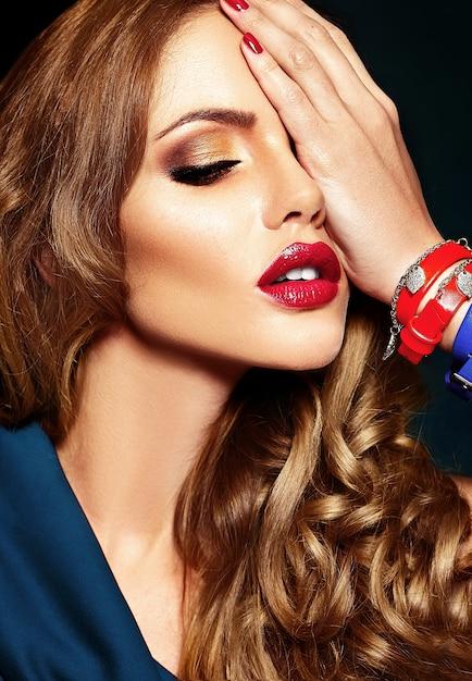 Sensueel glamourportret van mooi vrouwenmodel met verse dagelijkse make-up met rode lippenkleur en schone gezonde huid. Gratis Foto