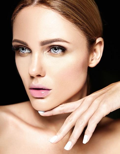 Sensueel glamourportret van mooi vrouwenmodel zonder make-up en schone gezonde huid op zwarte achtergrond Gratis Foto