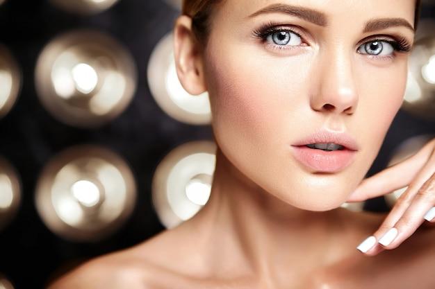 Sensueel glamourportret van mooi vrouwenmodel zonder make-up en schone gezonde huid op zwarte Gratis Foto