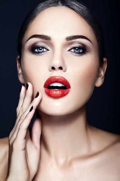 Sensueel glamourportret van mooie vrouwen modeldame met rode lippenkleur en schoon gezond huidgezicht Gratis Foto