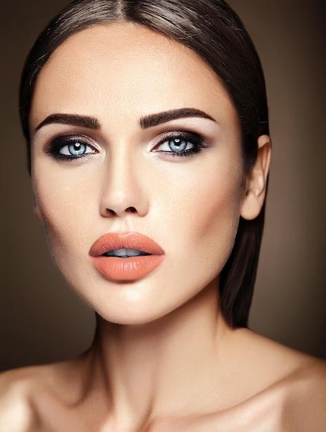 Sensueel glamourportret van mooie vrouwmodel dame met verse dagelijkse make-up met naakt lippenkleur en schoon gezond huidgezicht Gratis Foto