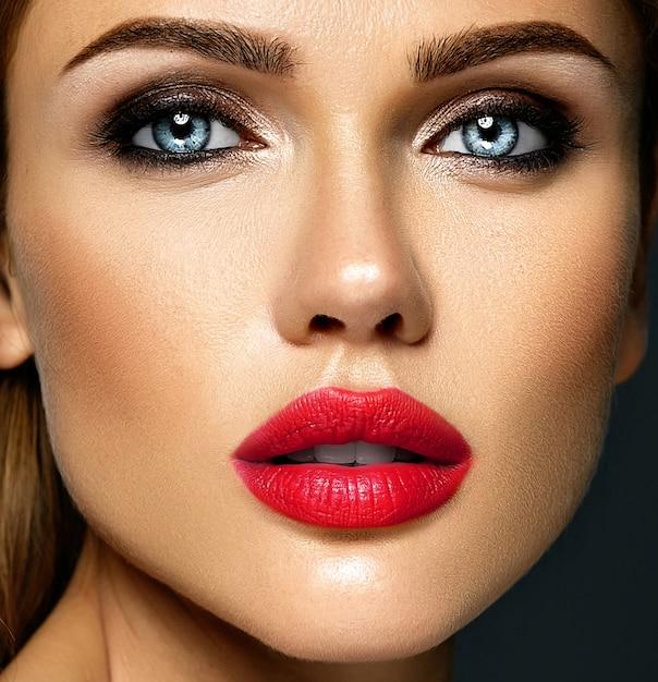 Sensueel glamourportret van mooie vrouwmodel dame met verse dagelijkse make-up met rode lippenkleur en schoon gezond huidgezicht Gratis Foto