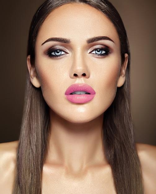 Sensueel glamourportret van mooie vrouwmodel dame met verse dagelijkse make-up met roze lippenkleur en schoon gezond huidgezicht Gratis Foto