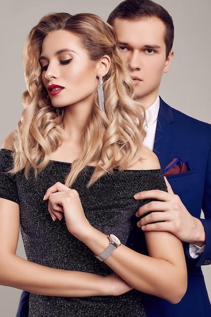 Sensueel mooi jong koppel gekleed in formele kleding Premium Foto