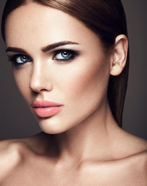 Sensueel portret van mooie vrouw model dame met verse dagelijkse make-up met naakt lippen kleur en schone gezonde huid gezicht Gratis Foto