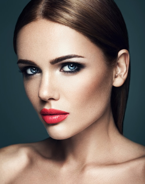 Sensueel portret van mooie vrouw model dame met verse dagelijkse make-up met rode lippen en schoon gezond huidgezicht Gratis Foto
