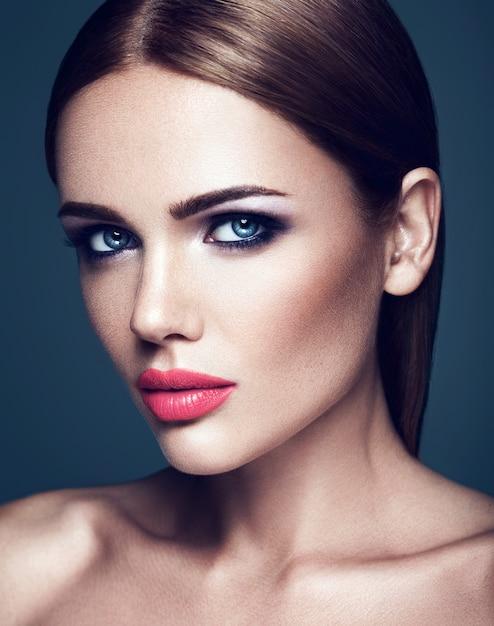 Sensueel portret van mooie vrouw model dame met verse dagelijkse make-up met roze lippen en schoon gezond huidgezicht Gratis Foto