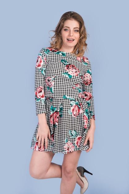 Sensuele aantrekkelijke vrouw in jurk Gratis Foto