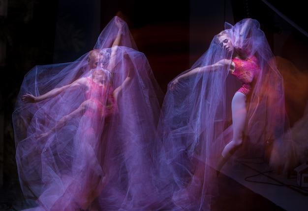 Sensuele en emotionele dans van prachtige ballerina door de sluier Gratis Foto