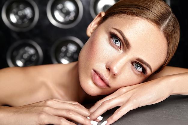 Sensuele glamour mooie vrouw model met frisse dagelijkse make-up met nude lippen kleur en schone, gezonde huid Gratis Foto