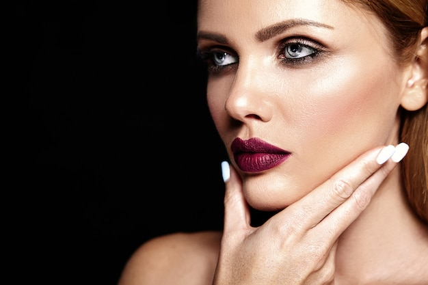 Sensuele glamour portret van mooie blonde vrouw model dame met frisse dagelijkse make-up met paarse lippen kleur en schone, gezonde huid Gratis Foto