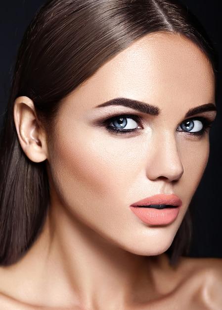 Sensuele glamour portret van mooie vrouw model dame met verse dagelijkse make-up Gratis Foto