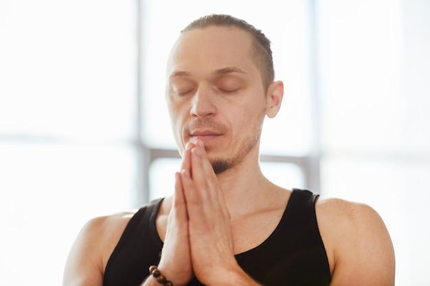 Serene man beoefenen van meditatie Premium Foto