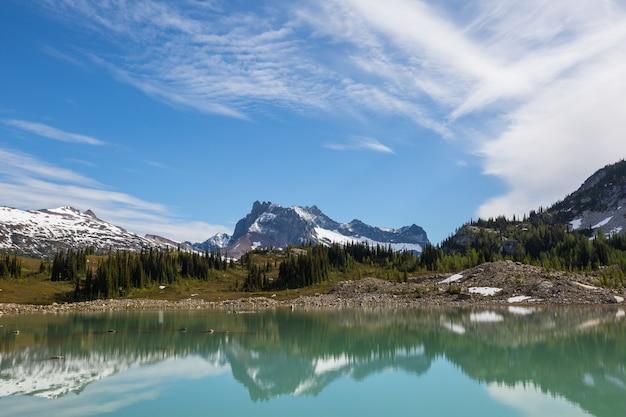 Sereniteitsmeer in de bergen in het zomerseizoen. prachtige natuurlijke landschappen. Premium Foto