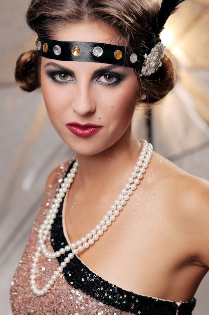 Serieus elegant vrouwenportret Gratis Foto
