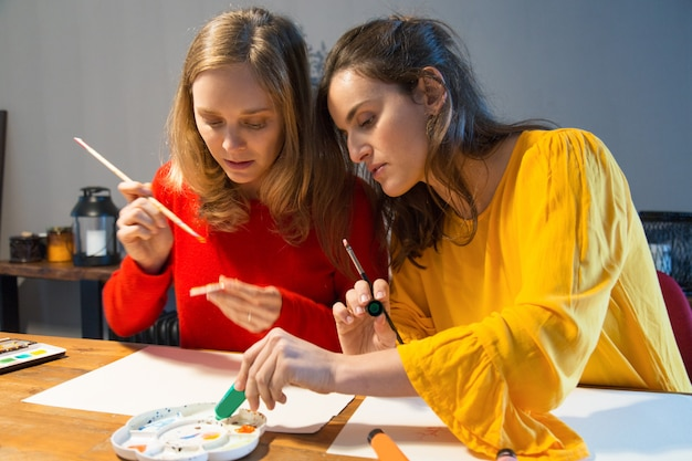 Serieuze meester die laat zien hoe je met paletten kunt werken Gratis Foto