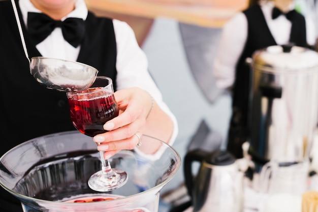 Server gieten sangria met pollepel Gratis Foto