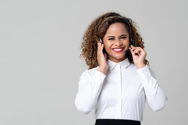 Service minded african american vrouw draagt een koptelefoon als een call center personeel Premium Foto