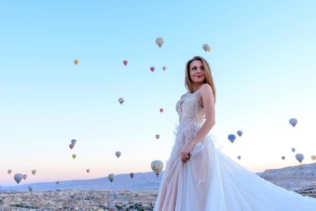 Sessie bruidspaar in cappadocië, turkije met hete lucht ballonnen Premium Foto