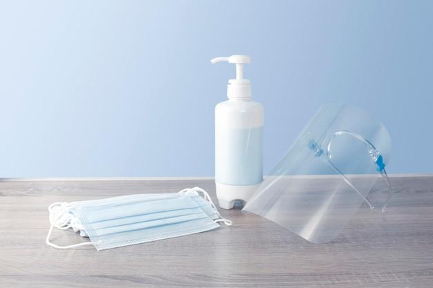 Set beschermingsmiddelen voor infectieziekten, zoals een wegwerpmasker, alcoholdesinfecterend middel, gelaatsscherm Premium Foto