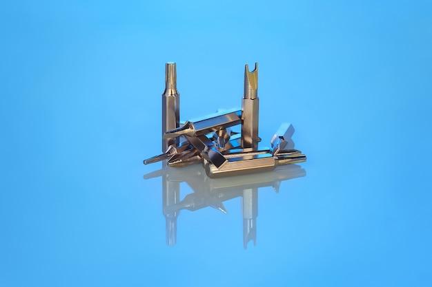 Set bits voor schroevendraaier of boor met reflectie op blauwe achtergrond Premium Foto
