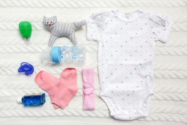 Set kleding en artikelen voor een baby Premium Foto